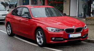 1024px-BMW_320d_Sport_Line_(F30)_–_Frontansicht,_26._Februar_2012,_Wülfrath