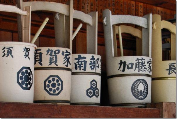 Cestelli usati nei cimiteri per adornare le tombe durante lo Shumbun no hi